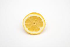 Halbe Zitronenfrucht lokalisiert auf weißen Hintergründen Lizenzfreie Stockfotografie