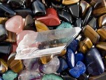 Halbedeledelsteine und Quarzkristall lizenzfreie stockfotos