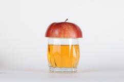 Halber Apfel auf dem Glas Stockbilder