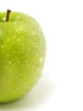 Halber frischer grüner Apfel mit Wassertropfen Lizenzfreies Stockbild