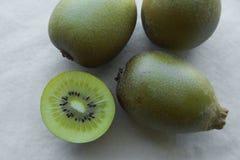 Halber ganzer Goldkiwifruit Lizenzfreies Stockfoto