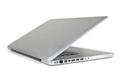 Halber geöffneter metallischer Laptop von Sideview Stockfotos