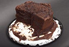 Halber gegessener Schokolade bereifter Kuchen Stockfotos