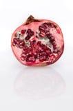 Halber Granatapfel und Reflexion (Vorderansicht) Stockfotos