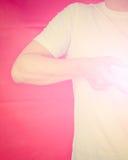 Halber Körper des Muskelmannes Herzzeichen mit rosa Licht machend Vinta Stockfotos