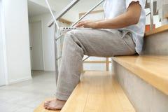 Halber Karosserien-Laptop auf Treppen Stockbilder