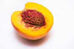 Halber saftiger Pfirsich mit einem Stein Lizenzfreie Stockfotos