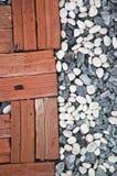 Halber Ziegelstein und Stein stockbilder