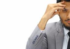 Halbes ernstes Gesicht des jungen Geschäftsmannes auf weißem Hintergrund Lizenzfreies Stockbild