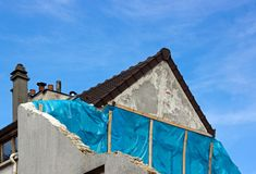 Halbes freistehend Haus im Bau Lizenzfreies Stockfoto