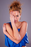 Halbes Gesicht der schönen Frauenbedeckung, mit seinen Händen lizenzfreie stockbilder