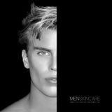 Halbes Gesicht des hübschen jungen Mannes Schönheitspflegekonzept einfarbig Stockfotos