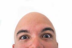 Halbes Gesicht des kahlen Mannes im weißen Hintergrund Nahaufnahme der Augen Stockfoto