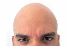 Halbes Gesicht des kahlen Mannes im weißen Hintergrund Nahaufnahme der Augen Stockfotografie