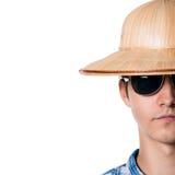 Halbes Gesicht schoss von einem Kerl mit einem Strohhut mit Sonnenbrille Lizenzfreies Stockfoto