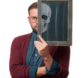 Halbes Gesichts-Porträt Ein grimmiger Minireaper, der eine Sense anhält, steht auf einem Kalendertag, der glückliches Halloween s lizenzfreies stockfoto