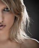 Halbes Gesichts-Portrait einer schönen blonden Frau Stockfotos