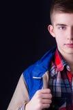Halbes Gesichtsporträt des jungen Mannes Stockfotografie