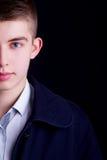 Halbes Gesichtsporträt des jungen Mannes Stockfoto