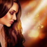 Halbes Gesichtsporträt des modernen Brunette im Studio Stockbild