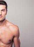 Halbes Körperporträt eines gutaussehenden Mannes Stockfotografie