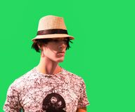 Halbes Längenmannequin kleidete im T-Shirt und im Hut im grünen backgr an Stockfotografie