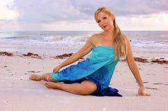 Halbes Legen auf Strand Stockfotos