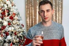 Halbes lengh Porträt des hübschen Kerls mit Champagner röstend zu werdenem Jahr lizenzfreie stockbilder