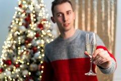 Halbes lengh Porträt des hübschen Kerls mit Champagner röstend zu werdenem Jahr lizenzfreies stockfoto