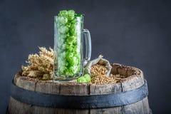Halbes Liter Glas mit grünem und braunem Malz stockbild