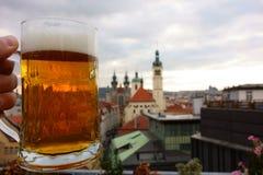 Halbes Liter tschechisches Bier auf Dachspitzenterrasse in Prag, Tschechische Republik stockfotos