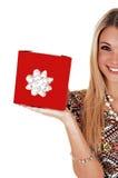 Halbes Mädchen mit Geschenk. Stockbilder