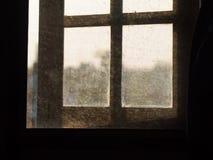 Halbes offenes Fenster des Schattenbildes lizenzfreie stockbilder