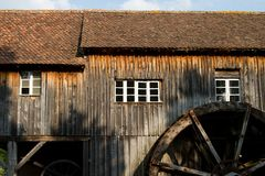 Halbes Wassermühlhaus in einem Dorf in Elsass Stockbilder