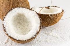 Halbierte frische Kokosnuss und Pulver stockfoto