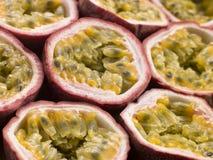 Halbierte Passionsfrucht Stockbild