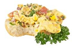Halbierte Rolle mit durcheinandergemischten Eiern (Ausschnittspfad) Stockfotos