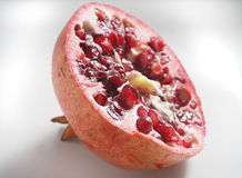 Halbierter Granatapfel Lizenzfreies Stockfoto