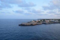 Halbinsel im Meer mit Gebäuden Stockfotografie
