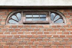 Halbkreisförmiges Fenster auf Backsteinmauer Lizenzfreie Stockbilder