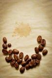 Halbmond gebildet von den Kaffeebohnen Lizenzfreie Stockbilder