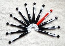 Halbrund von Kugelschreibern Stockbilder