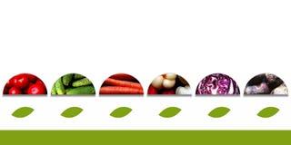 Halbrunde mit Gemüse und mit großen Blättern darunterliegend Lizenzfreie Stockbilder