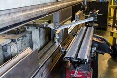 Halbzoll- Stahl, der in Presse verbogen wird Lizenzfreie Stockfotos
