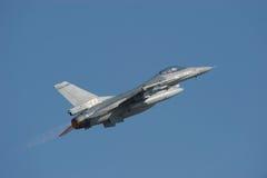 Halcón de la lucha F-16 con el dispositivo de poscombustión Imagen de archivo libre de regalías