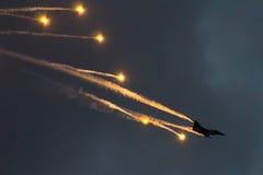 Halcón que lucha y llamaradas del F-16 de Soloturk Fotos de archivo