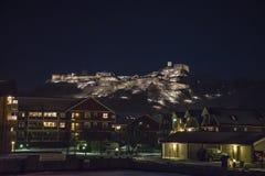 Halden港口和fredriksten晚上的堡垒 库存照片