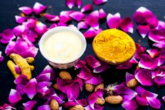 Haldi, badam & badam de ubtan of ingrediënten van het gezichtspak stock foto's