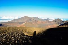 Haleakala火山口惊人的看法与夫妇的阴影的-毛伊,夏威夷 免版税图库摄影