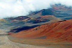 Haleakala-Krater mit Spuren in Nationalpark Haleakala auf Maui Lizenzfreie Stockfotos